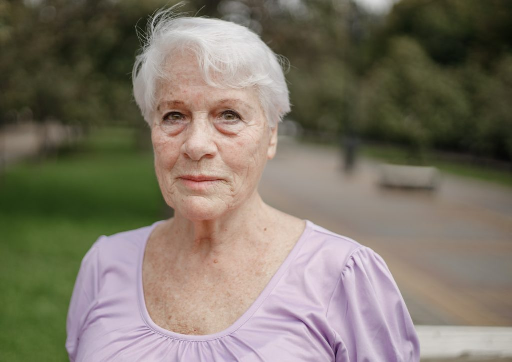 Photo portrait of an old woman in a park on a warm day